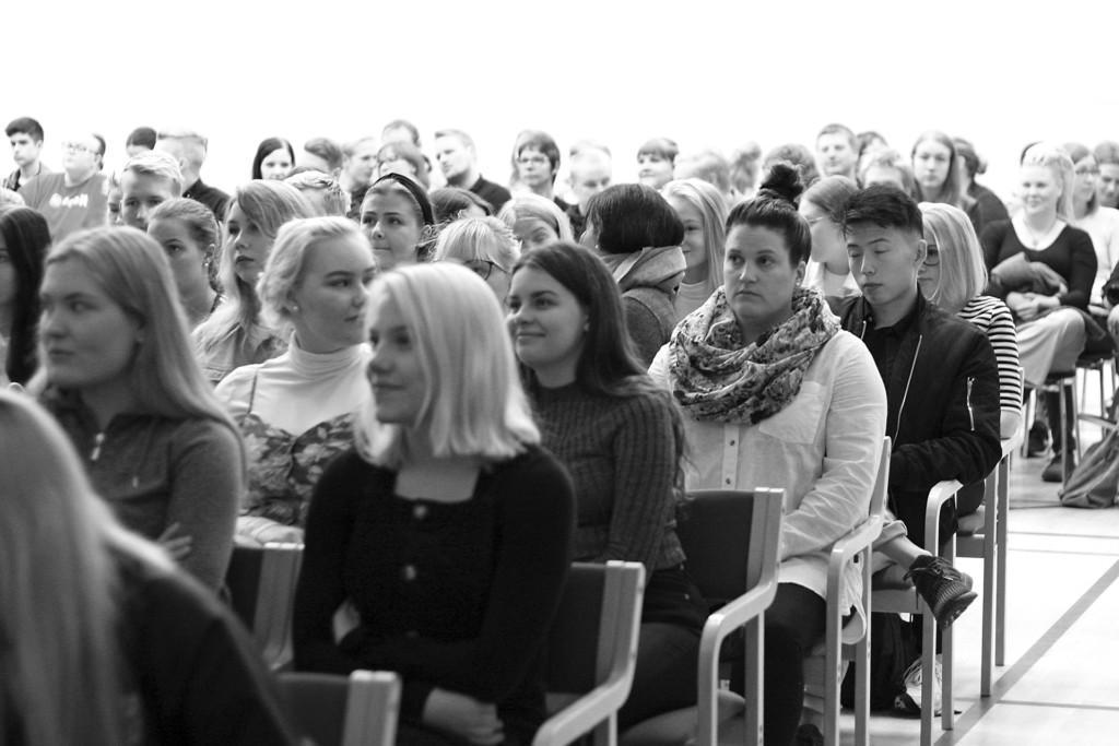 Opiskelijajoukko Etelä-Pohjanmaan Opiston lukuvuoden avajaisissa.
