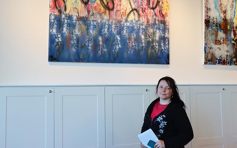 Taiteillija Marika KK opiston ravintolan näyttelytilassa.